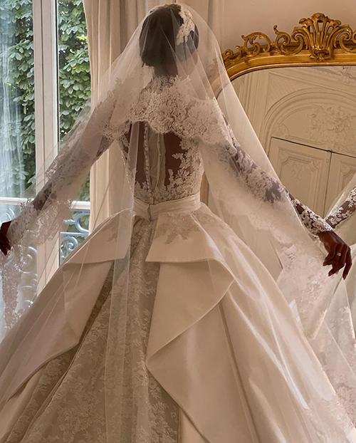 Váy cưới dài 4 m của thiên thần nội y nhắc tới Grace Kelly (nháp) - page 2 - 10