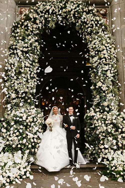 Hôm 4/9, Jasmine Tookes - thiên thần Victorias Secret đã kết hôn với Juan David Borrero, con trai phó tổng thống Alfredo Borrero tại Ecuador. Người đẹp cho biết ngay từ đầu cô đã muốn mặc đồ của Zuhair Murad trong ngày cưới vì ấn tượng với thiết kế trong show diễn của nhà mốt.