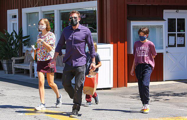 Cuối tuần qua, nam diễn viên cũng dành thời gian bên bọn trẻ. Bốn bố con đi mua sắm và ăn tối cùng nhau. Tài tử đang hẹn hò nữ ca sĩ Jennifer Lopez nhưng vẫn luôn ưu tiên thời gian cho gia đình.