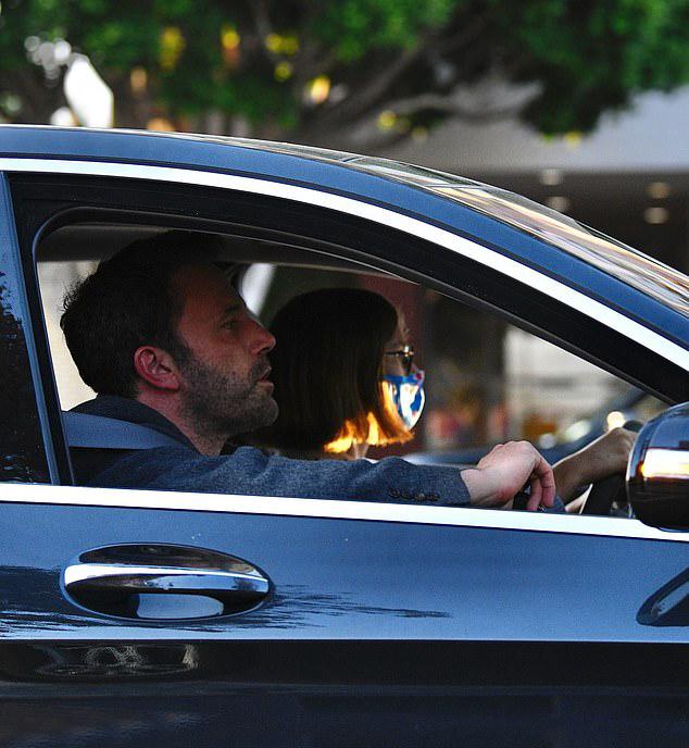 Violet tự tin ngồi sau tay lái dưới sự chỉ bảo của bố.