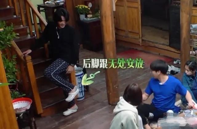 Thói quen không đi hết giày, dép mà thường để hở gót chân của Ngô Diệc Phàm.