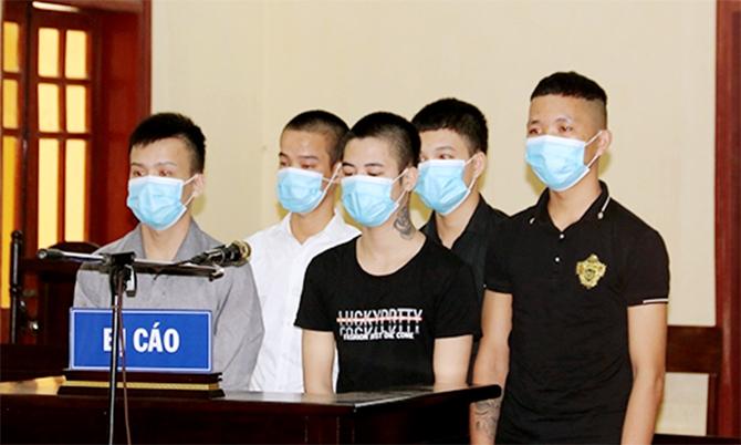 5 bị cáo tại tòa. Ảnh: Trương Minh
