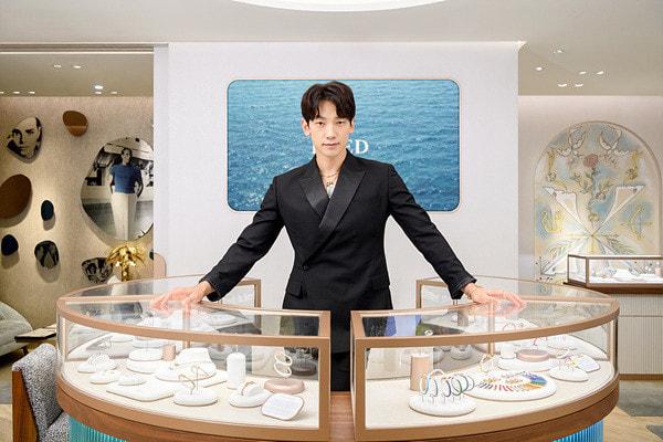 Rain dự khai trương một cửa hàng trang sức tại Seoul.