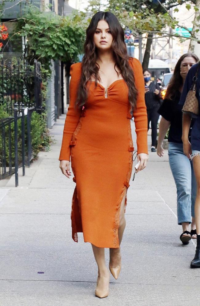 Selena Gomez cùng vài người bạn tới nhà hàng Seredipity3 vào chiều thứ tư. Cựu sao Disney gây ấn tượng với đầm cam xẻ ngực gợi cảm, trang phục vừa tôn đường cong vừa phù hợp với thời tiết se lạnh đầu thu ở New York.