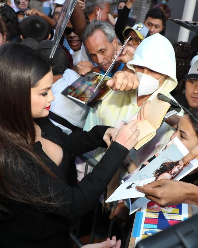 Cô nhiệt tình ký tặng người hâm mộ - những người đã biết lịch trình của Selena nên xếp hàng dài chờ cô đến từ chiều.