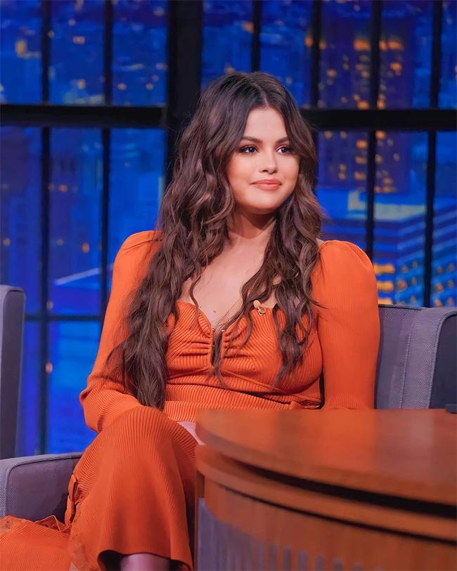Sau bữa tối, Selena tham gia show truyền hình Late Night with Seth Meyers. Cô hiện bận rộn quảng bá phim Only Murders In The Building.