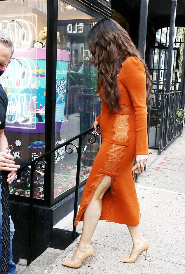 Thời gian gần đây Selena mũm mĩm hơn nhưng luôn tràn đầy sức sống. Cô được khen ngợi với phong cách thời trang thanh lịch, nữ tính.