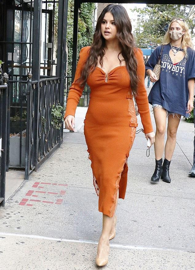 Nữ ca sĩ trang điểm tông nhẹ nhàng và tạo vẻ ngoài hoàn hảo với đôi giày nude.