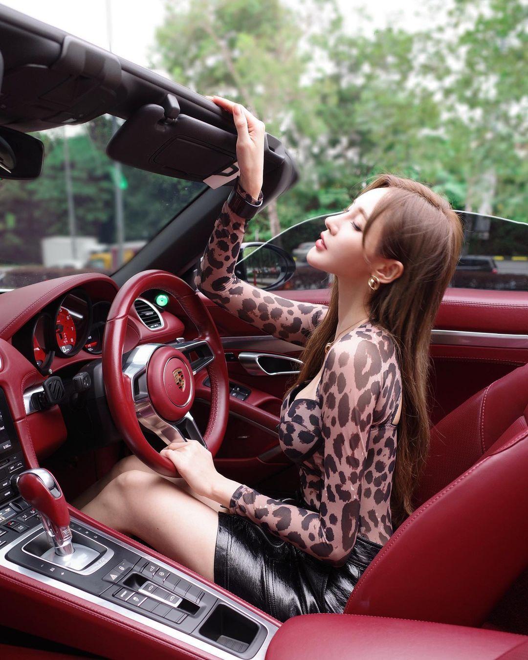 Trên trang cá nhân, Thi Kỳ chia sẻ nhiều ảnh cho thấy cuộc sống sang chảnh, ở nhà đẹp, đi xe sang, đeo đồng hồ hàng triệu HKD. Vì thế, cô dính tin đồn được bao nuôi, cặp với đại gia. Dù vậy, cô gái luôn phủ nhận.