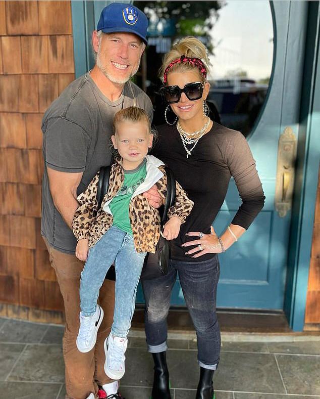 Con gái út của ca sĩ Jessica Simpson và ông xã - cầu thủ bóng rổ Eric Johnson - được bố mẹ đưa đến trường mẫu giáo hôm 9/9. Jessica tiết lộ cô bé Birdie mong ngóng từng ngày để đi học và tỏ ra chững chạc hơn tuổi khiến vợ chồng cô rất bất ngờ.