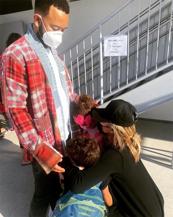 Vợ chồng người mẫu Chissy Teigen - ca sĩ John Legend bịn rịn chia tay hai con ở trường mẫu giáo. Cả nhà cẩn thận đeo khẩu trang giữa nỗi lo lây nhiễm biến thể Delta.