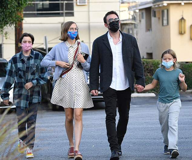 Ba người con của Jennifer Garner và Ben Affleck được bố đưa đi chơi và ăn tối ở nhà hàng hôm 7/9 trước khi tựu trường.