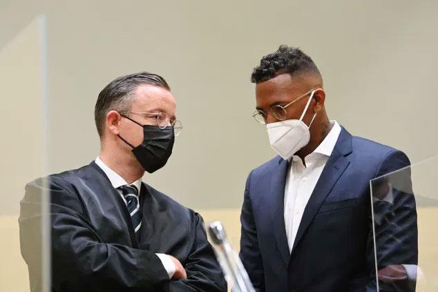 Jerome Boateng (phải) và luật sư tại tòa hôm 9/9. Ảnh: AFP