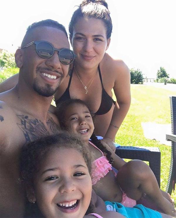Hậu vệ 33 tuổi bên bạn gái cũ và hai con gái trong một kỳ nghỉ. Ảnh: Twitter
