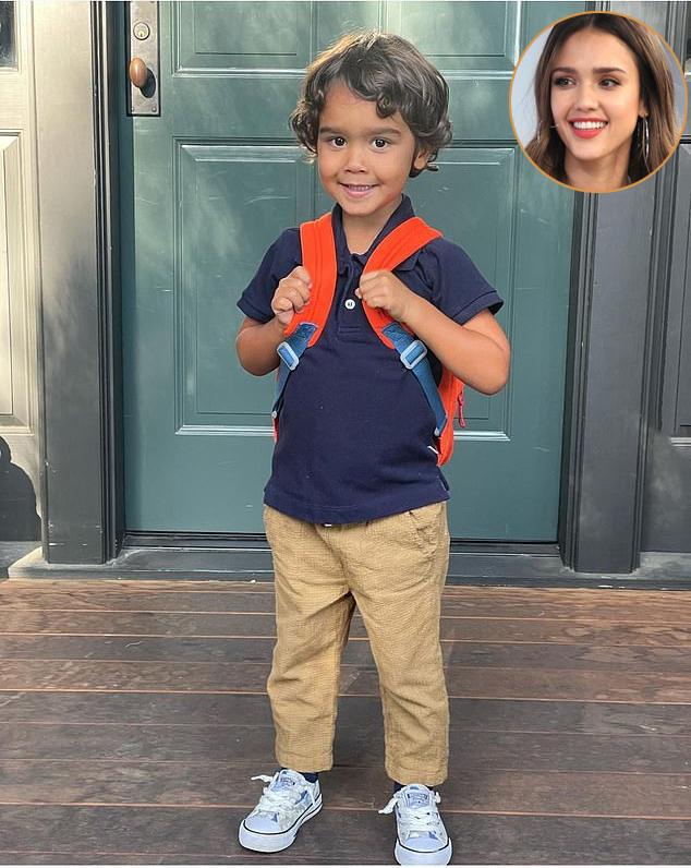 Con trai út của Jessica Alba, Hayes, háo hức khi trở lại trường mẫu giáo. Nữ diễn viên Thiên thần bóng tối chia sẻ hình ảnh của cậu bé khi chuẩn bị đến trường hôm 9/9 với chú thích: Ngày đầu tiên đi học của Hayes. Tôi yêu nụ cười dễ thương của cậu nhóc và trông cậu thật giống bố.