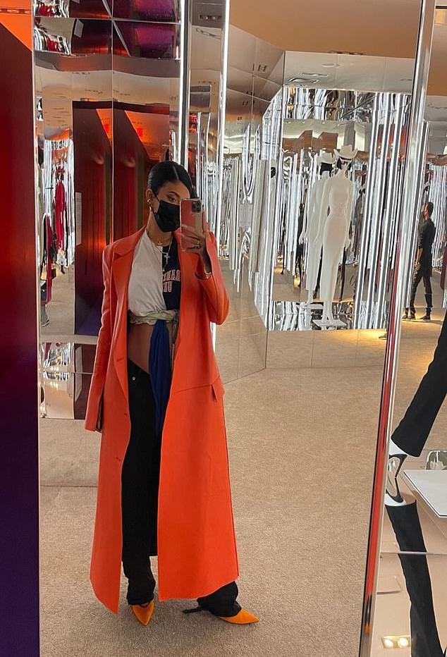 Cô út nhà Kardashian cũng đăng ảnh đi thử đồ tại cửa hàng của người bạn ở New York.