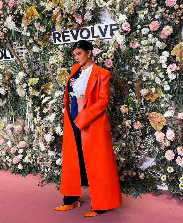 Lát sau đó, Kylie đến tham dự show thời trang của Revolve trong khuôn khổ Tuần lễ thời trang New York. Cô tạo dáng quyến rũ trên thảm đỏ trước khi vào xem show.