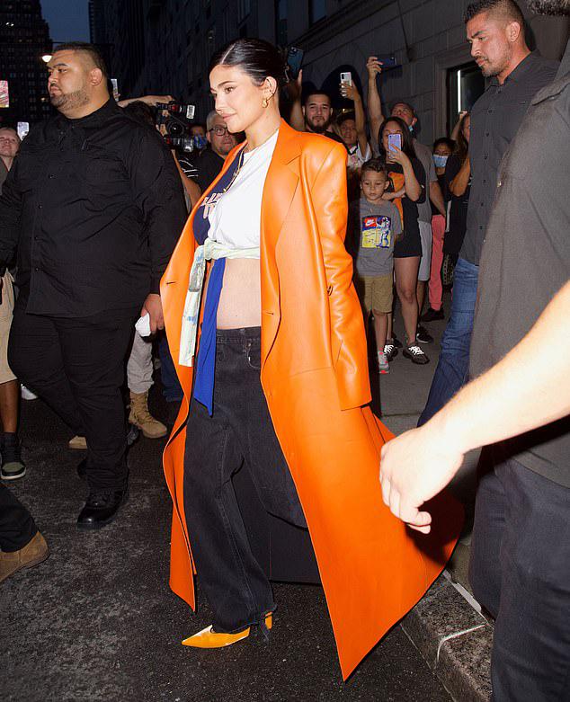 Kylie gây náo loạn cả một góc phố khi rời khách sạn. Nhiều fan vây quanh gọi tên và chụp hình ngôi sao truyền hình nổi tiếng.
