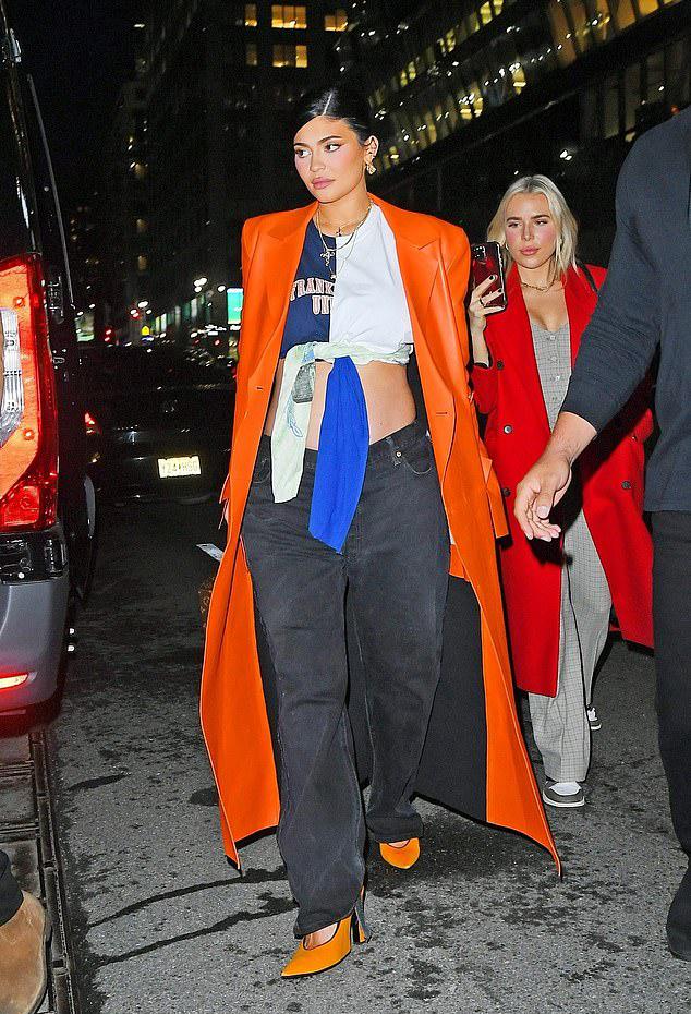 Hot mom tự hào để lộ bụng bầu khoảng 5 tháng với chiếc áo buộc dây. Dù chỉ mặc chiếc quần bầu kiểu dáng bình thường, Kylie vẫn khéo kết hợp với những phụ kiện khác tạo nên tổng thể sành điệu.