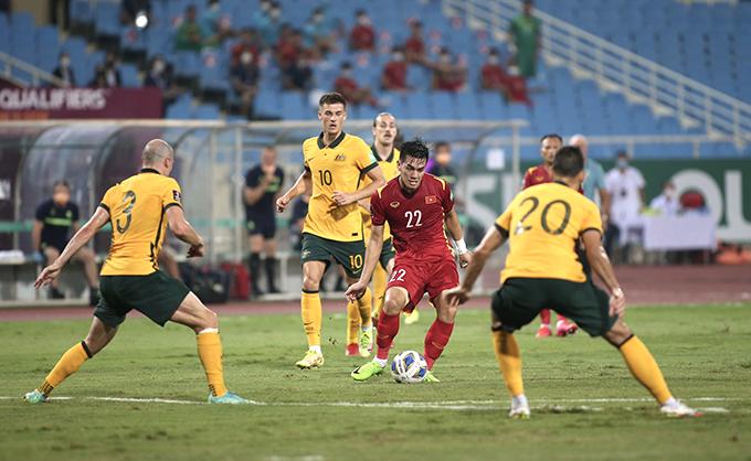 Tiến Linh chuyền bóng trong trận thua 0-1 của tuyển Việt Nam trước Australia tối 7/9. Ảnh: Lâm Thoả