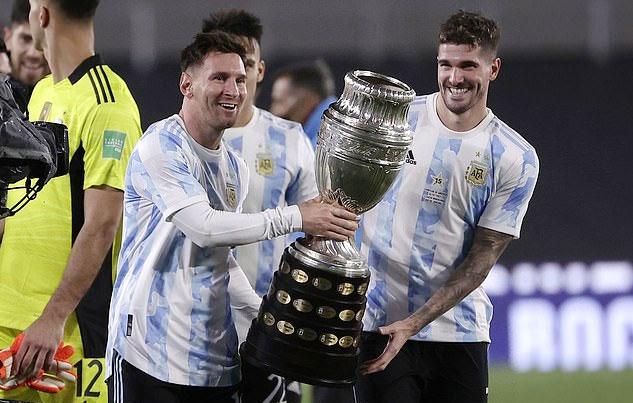 Thủ quân Messi cùng các đồng đội rước Cup Copa America chia vui với CĐV nhà. Ảnh: AP