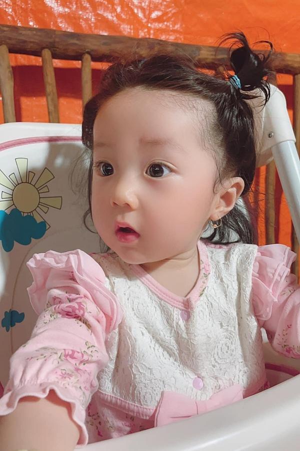 Thời điểm bà xã mang thai đến lúc sinh nở, Lâm Chấn Khang hoàn toàn giấu kín thông tin với gia đình. Khi con cứng cáp hơn một chút, anh mới đưa con về nhà ra mắt gia đình khiến ông bà nội và các bác rất bất ngờ.