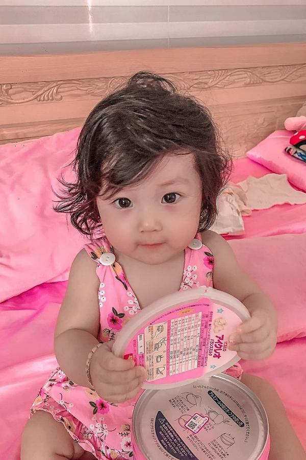 Thiên thần nhỏ sở hữu đôi mắt long lanh, hai má phúng phính và biết tương tác với điện thoại khi chụp ảnh.