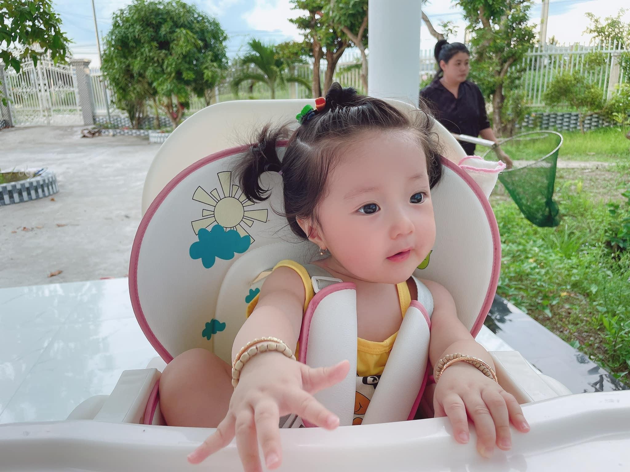 Vợ chồng Lâm Chấn Khang rất trông ngóng có một con gái. Nên khi Tina chào đời, cả hai cố gắng dành thật nhiều tình yêu thương, thời gian chăm sóc. Cô bé cũng được gia đình nội ngoại cưng chiều nhất nhà.