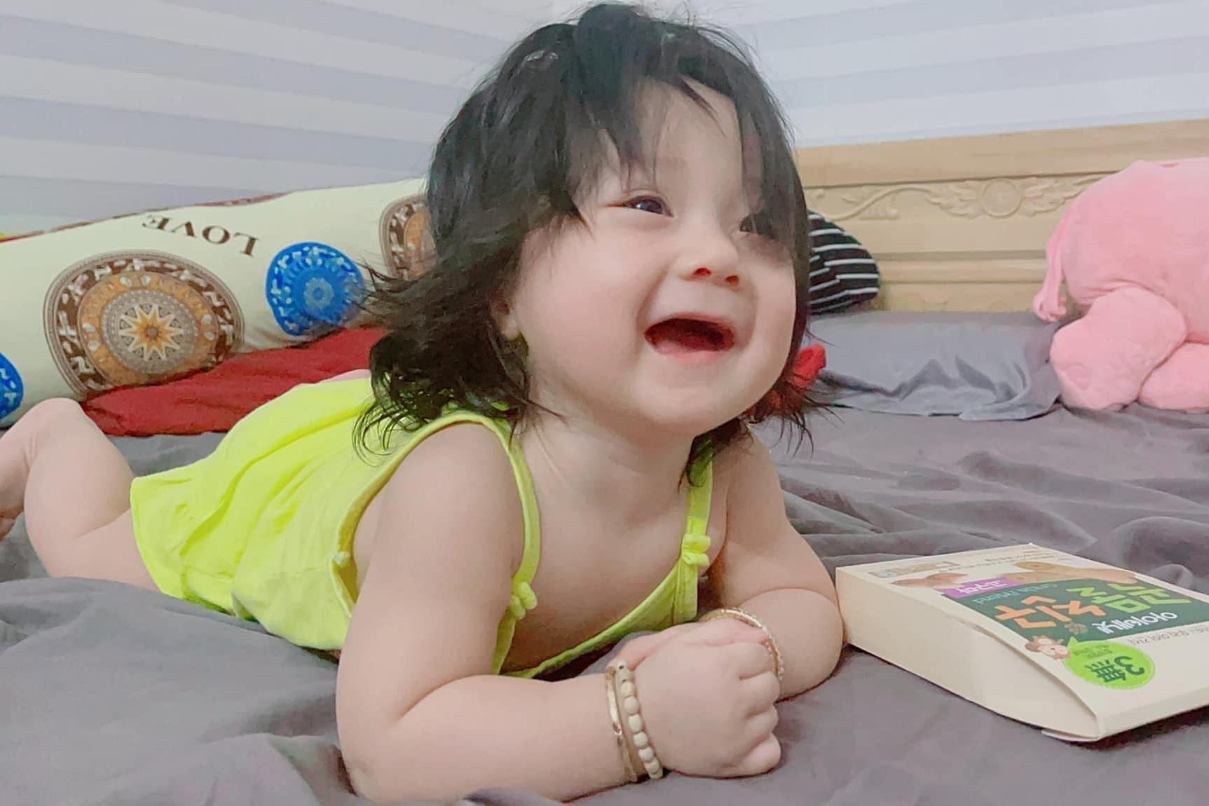 Nhờ có kinh nghiệm, Lâm Chấn Khang có thể phụ chăm con thuần thục. Hai bé Gia Phúc và Gia An cũng thương em, phụ bố mẹ quan sát và chơi với em.