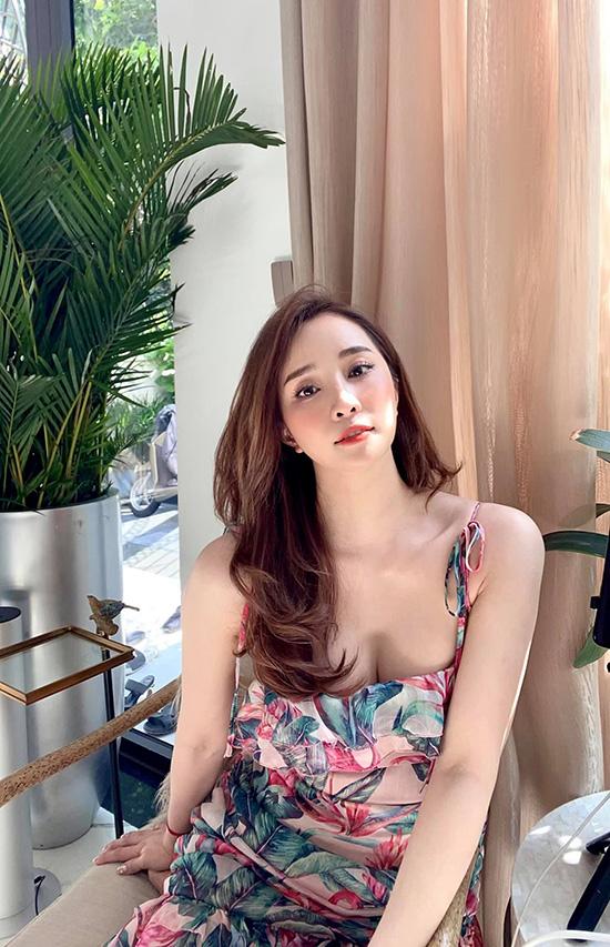 Trước sinh nhật, Quỳnh Nga vẫn thỉnh thoảng hé lộ những khoảnh khắc sexy khi ở nhà tránh dịch với váy áo trễ nải, gương mặt trang điểm cẩn thận và mái tóc chải chuốt bồng bềnh.