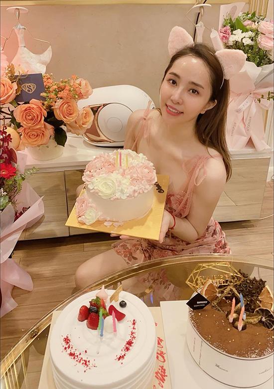 Tối sinh nhật 7/9, dù đang sốt vì tác dụng phụ khi tiêm vaccine, Quỳnh Nga vẫn diện đồ sexy để chụp ảnh vớ rất nhiều bánh kem do bạn bè gửi đến. Với cô, đây là sinh nhật đặc biệt nhất từ trước đến giờ.