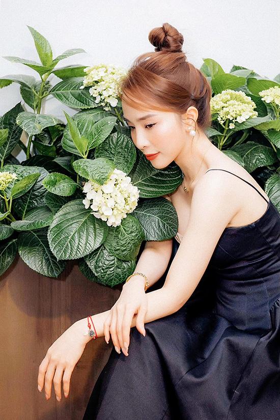 Sống ảo ở nhà nhưng Quỳnh Nga vẫn rất chăm chút vẻ bề ngoài, tỉ mỉ trong việc phối trang phục với phụ kiện, kiểu tóc sao.