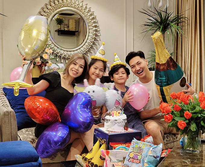 Mạnh Trường đón sinh nhật bên bà xã Phương Phạm và hai con Chíp, Bon.