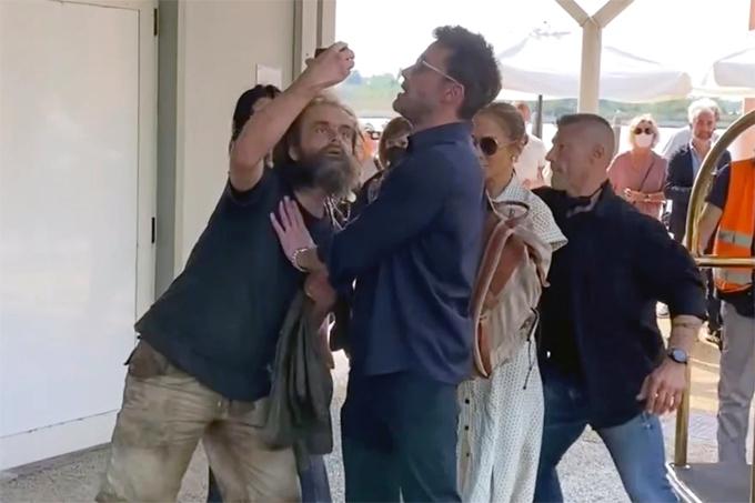 Ben Affleck ngăn fan cuồng selfie với J.Lo. Ảnh: TheImageDirect