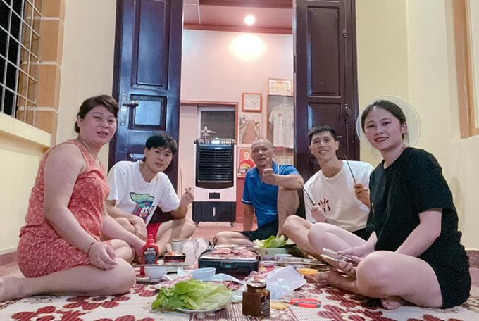 Đình Trọng cùng gia đình và bạn gái thưởng thức tiệc nướng. Ảnh: TĐT
