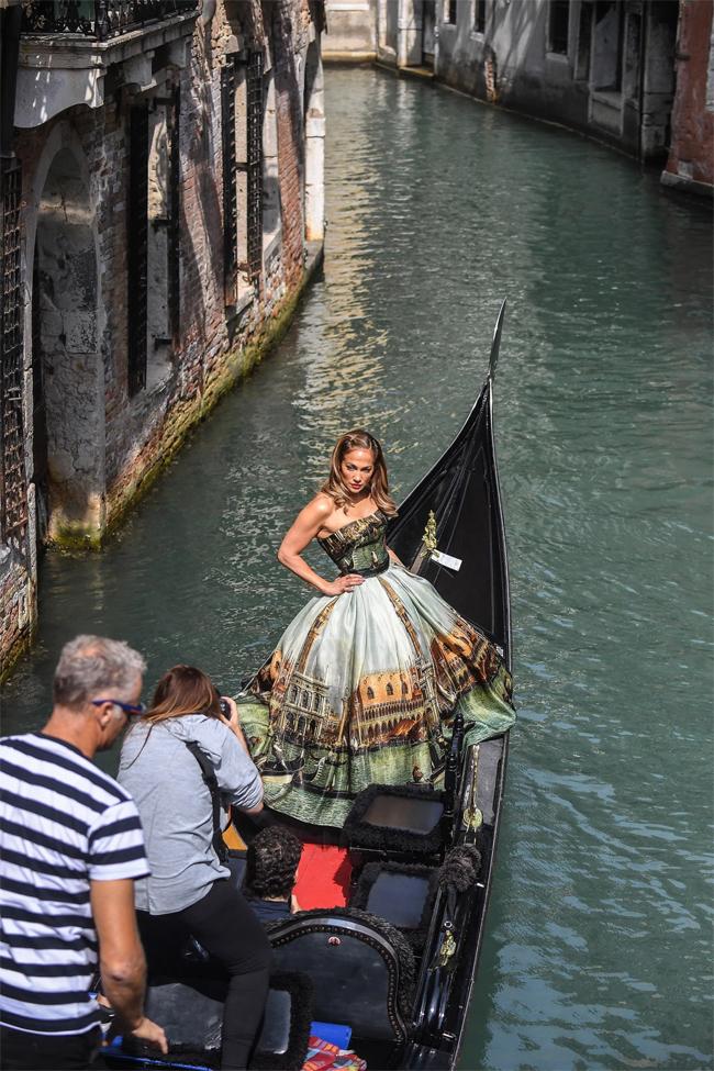 Jennifer Lopez tranh thủ chụp ảnh ở Venice khi tới liên hoan phim ủng hộ Ben Affleck. Ảnh: Splash