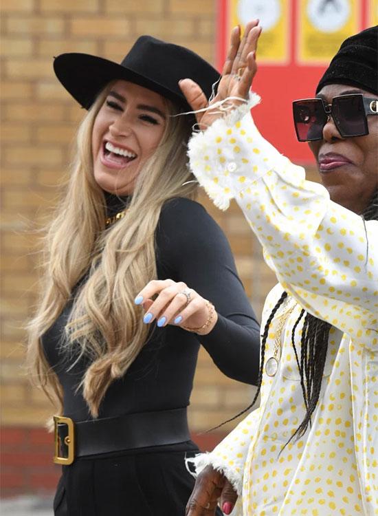 Cô đi cùng mẹ của Pogba - bà Yeo tới sân Old Trafford. Người đẹp hai con phong cách với bộ đồ đen kết hợp mũ cùng màu.