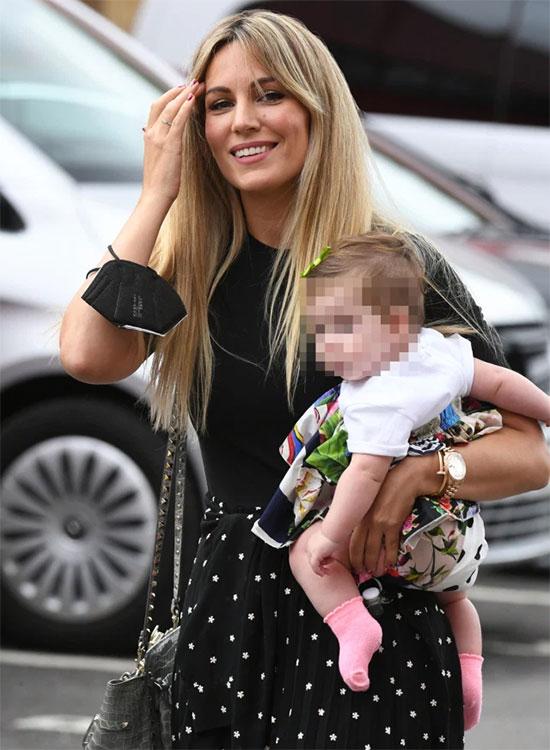 Nữ ca sĩ Edurne Garcia bế con gái 6 tháng tuổi tới sân cổ vũ thủ môn David De Gea.