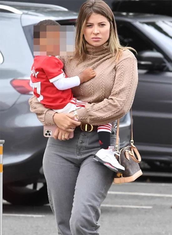 Bà xã Monique Salum của tiền vệ Fred cũng bế con tới Old Trafford cổ vũ chồng.