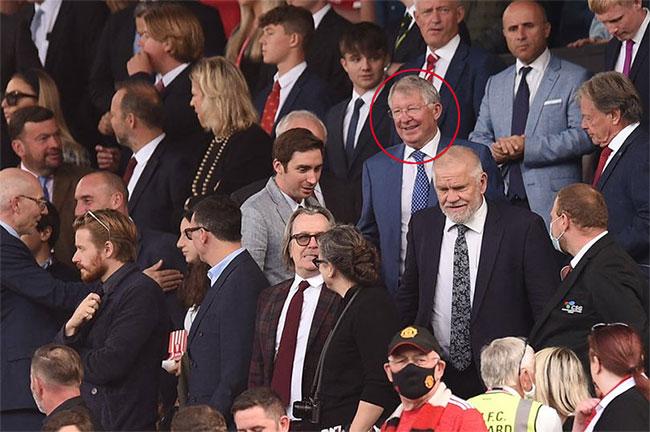 HLV huyền thoại của MU Sir Alex Ferguson tươi cười trên khán đài chứng kiến trận đấu chào sân hoàn hảo của học trò cưng một thời. Nhà cầm quân người Scotland là một trong những tiếng nói quan trọng giúp Quỷ đỏ đưa CR7 trở lại Old Trafford sau 12 năm anh ra đi.
