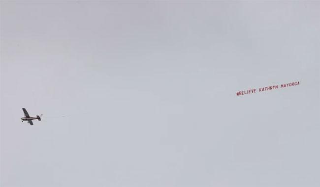 Trong khi các fan Quỷ đỏ phấn khích với trận đấu ra mắt của C. Ronaldo, một nhóm hoạt động nữ quyền thuê một chiếc máy bay giăng biểu ngữ Tin tưởng Kathryn Mayorga nhắc tới bê bối bị cáo buộc hiếp dâm của C. Ronaldo năm 2009. Máy bay lượn lờ trên khu vực SVĐ Old Trafford từ trước khi trận đấu diễn ra.