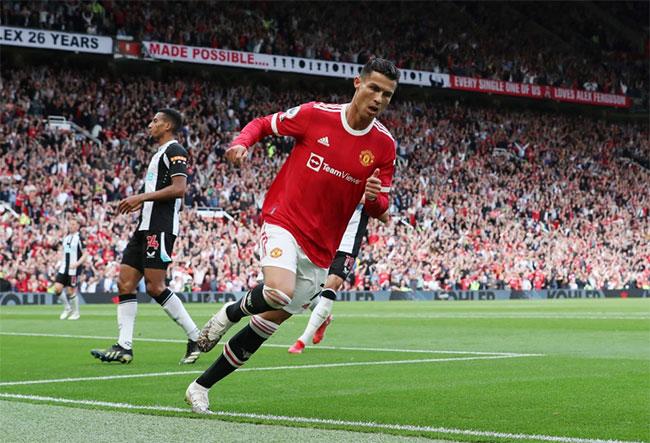Trở lại Old Trafford tối 11/9, C. Ronaldo có màn ra mắt hoàn hảo khi chơi trọn 90 phút và lập cú đúp góp công vào chiến thắng 4-1 của MU trước Newcastle.