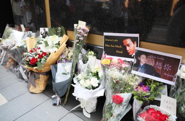Fan đặt hoa tưởng niệm Trương Quốc Vinh.