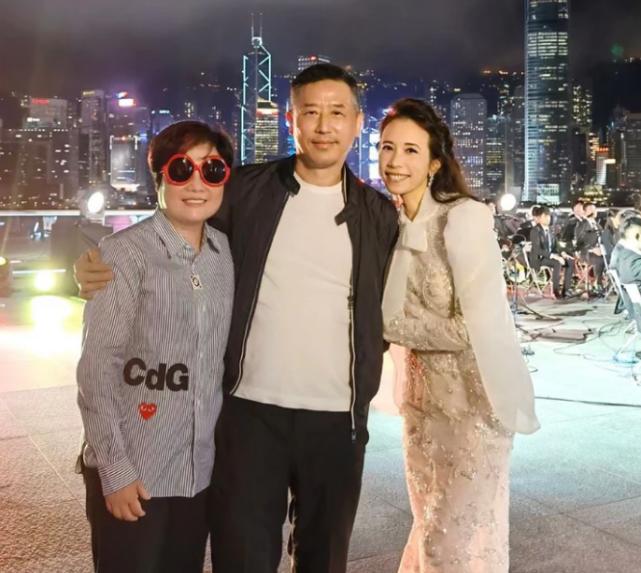 Đường Hạc Đức chụp ảnh cùng các vị khách dự đêm nhạc tưởng nhớ Trương Quốc Vinh.