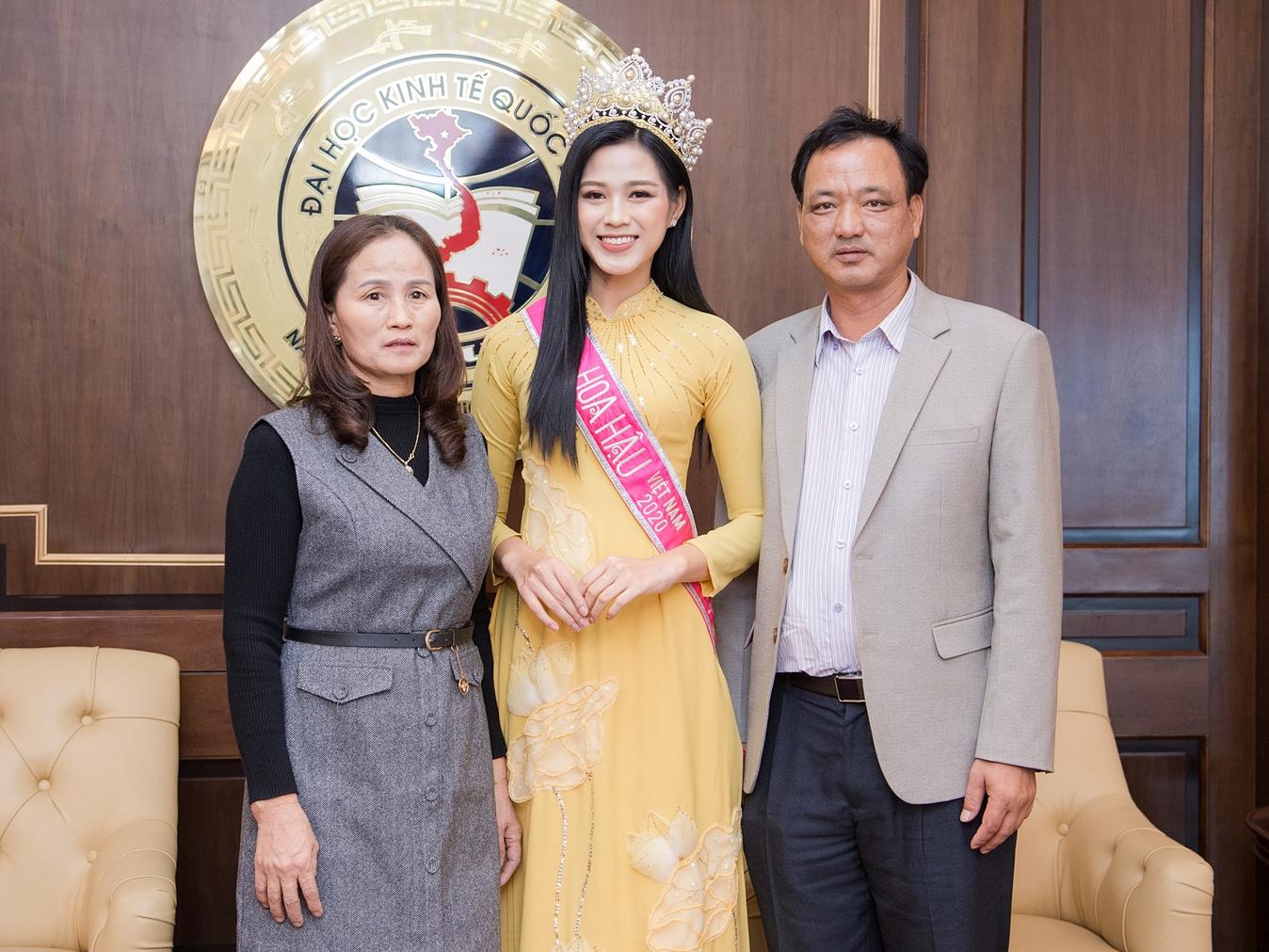 Bà Cù Thị Hoa, năm nay 53 tuổi là mẹ của đương kim Hoa hậu Việt Nam Đỗ Thị Hà. Trong mắt bà, con gái út rất ngoan ngoãn, hiếu thảo, đồng thời tự lập và chủ động trong mọi việc.