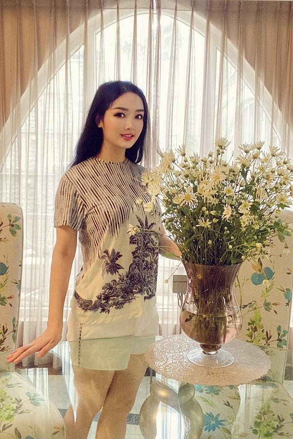 Hoa hậu Giáng My vốn yêu sự lãng mạn nên dành nhiều thời gian trong ngày để cắm hoa.