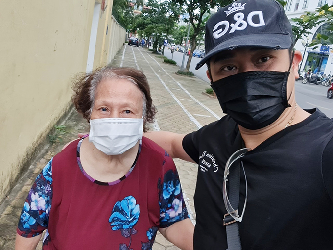 Minh Tiệp tiết lộ mẹ anh hơn 80 đã cương quyết tiêm vaccine Sinopharm của phường sáng 12/9, thay vì đi tiêm tại bệnh viện theo lịch của các con. Theo nam diễn viên, mẹ anh từng cắt 3/4 dạ dày, từng trải qua hai ca đại phẫu, phải mổ cắt túi mật và mổ thiên đầu thống.