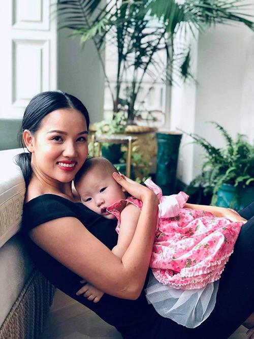 Bebe Phạm và con gái út.