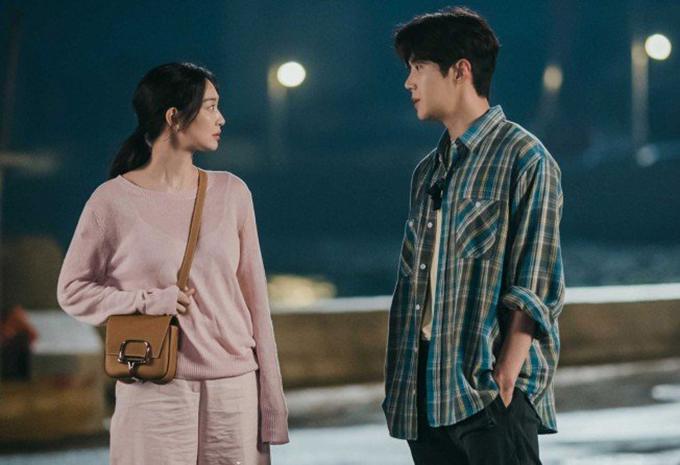 Qua 6 tập đầu của bộ phim tình cảm nhẹ nhàng, gam hồng trên trang phục của Shin Min Ah được thể hiện đa dạng với nhiều sắc độ đậm - nhạt khác nhau.