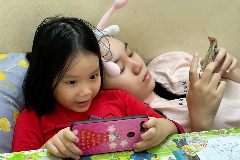 NSƯT Trịnh Kim Chi hạnh phúc khi hai con gái ngày càng khôn lớn, ngoan ngoãn.